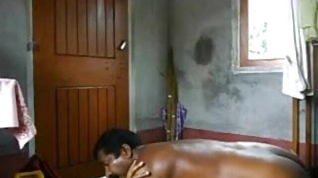 एक रसीला गधा के साथ एक महिला सोफे पर खुद को प्यार सेक्स हिंदी मूवी करती है
