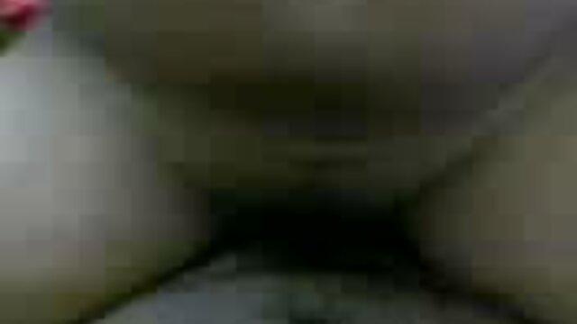 बड़े स्तन milf सेक्सी वीडियो फुल मूवी हिंदी आदमी के बोल्ट पर उसके होंठ स्लाइड और सह के लिए उसके मुंह को खोलता है