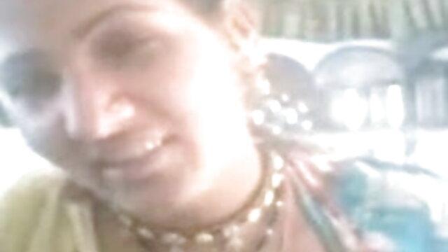 रूसी महिलावादी बेडरूम में एक युवा छात्र को अपने प्रेमी के हिंदी में सेक्सी मूवी साथ फ्राई करती है