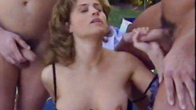 चित्रित लड़की खुद को दर्पण में एक काले डिल्डो के साथ पाउंड सेक्स करते हुए हिंदी मूवी करती है