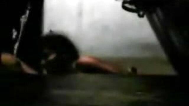 एक जवान आदमी एक परिपक्व महिला को बिल्ली सेक्सी मूवी हिंदी में काले मोज़ा में रखता है