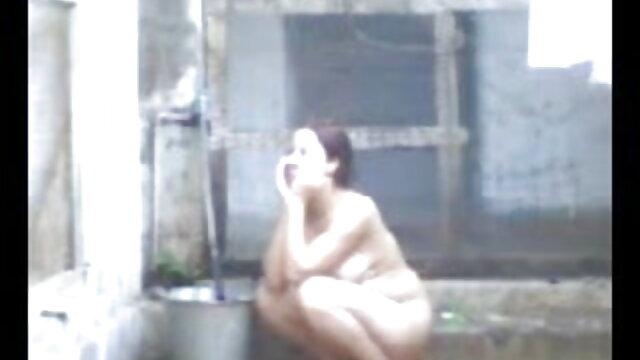 माचो बदले में एक सफेद सेक्सी मूवी पिक्चर हिंदी में सोफे पर तीन पतली लड़कियों को चोदता है