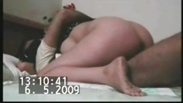 कुतिया एक कुर्सी हिंदी सेक्स मूवीस पर बैठते समय एक बालों वाली चीख़ को सहलाती है