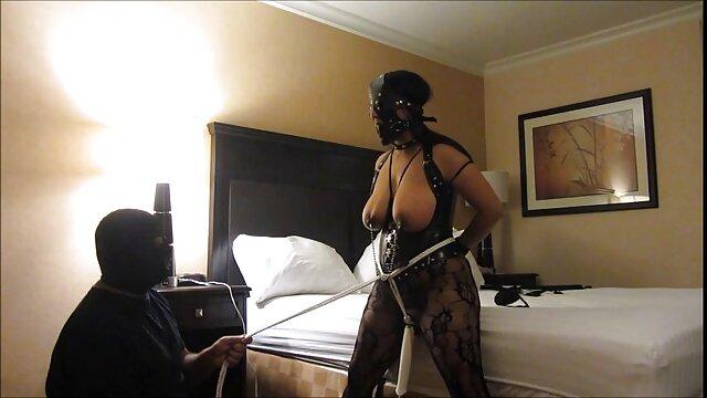 काले अधोवस्त्र में एक सेक्सी में हिंदी मूवी परिपक्व मोटा एक साथी को बहकाता है और उसके साथ चुदाई करता है