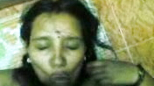 पति के मुँह में उसकी पत्नी है जबकि उसका दोस्त उसे चूत सेक्सी हिंदी मूवी वीडियो में चोदता है