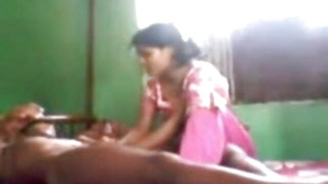 रूसी आदमी ने हिंदी मूवी सेक्सी हिंदी मूवी सेक्सी एक वेबकैम के सामने सोफे पर एक श्यामला को फाड़ दिया