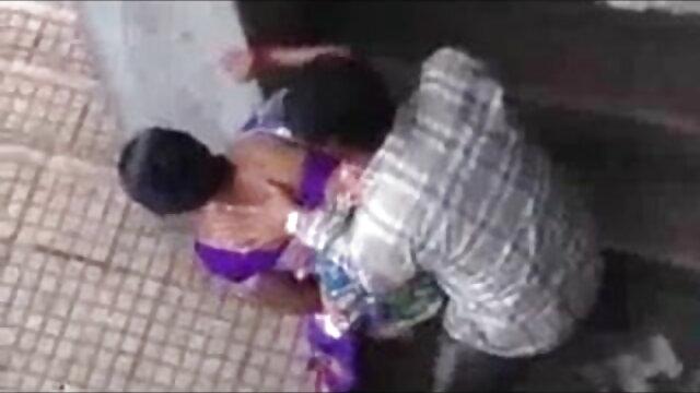 गोल-मटोल चिक सेक्स हिंदी फुल मूवी स्ट्रिप्स और बालों वाली चूत दिखाती है