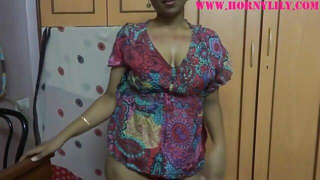 अंधेरे बालों वाली सुंदरता उसके शरीर को एक सेक्सी मूवी इन हिंदी वेबकेम के सामने ले जाती है