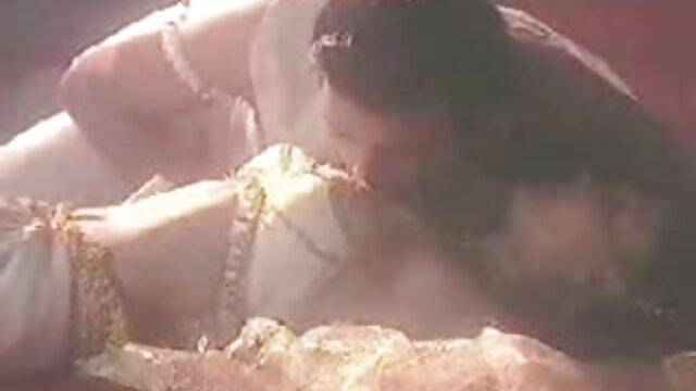 श्यामला एक स्त्री रोग संबंधी कुर्सी में एक सेक्स सेक्सी फुल फिल्म मशीन के साथ चुदाई करती है