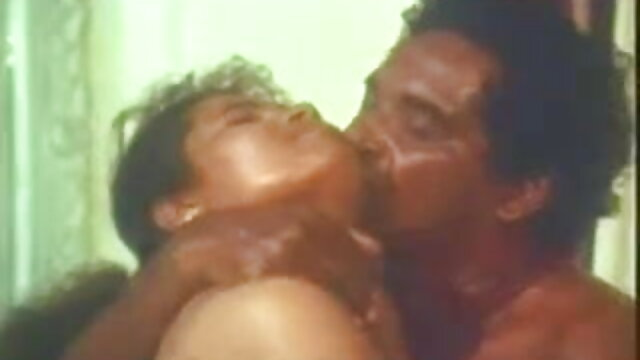 ब्वॉयफ्रेंड ने बस्टी हिंदी सेक्सी मूवी वीडियो मॉम डॉगी स्टाइल के गांड में एक बड़ा बैरल चिपका दिया