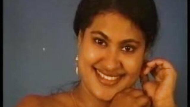 क्लो कैपरी अपने दोस्त के सामने स्ट्रिप करती सेक्स हिंदी मूवी है और उसे अपनी चूत में लेती है