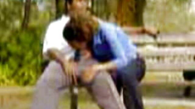 लड़कियां एक टेबल सेक्सी फुल मूवी वीडियो पर एक आदमी और एक चमड़े के सोफे के साथ गुदा मैथुन के लिए कतार लगाती हैं
