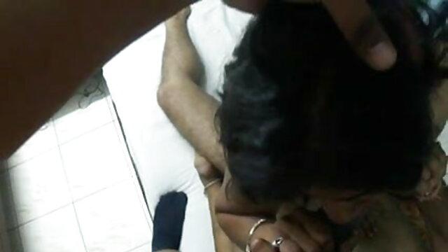 बड़े सेक्सी मूवी पिक्चर हिंदी में स्तन के साथ माँ उसके निपल्स से दूध निकाल देती है