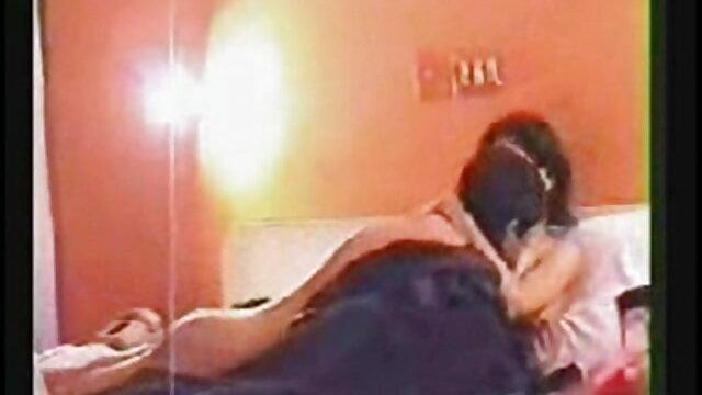 आदमी फर्श पर अपनी प्रेमिका की चूत को हिंदी सेक्सी मूवी फिल्म चोदता है