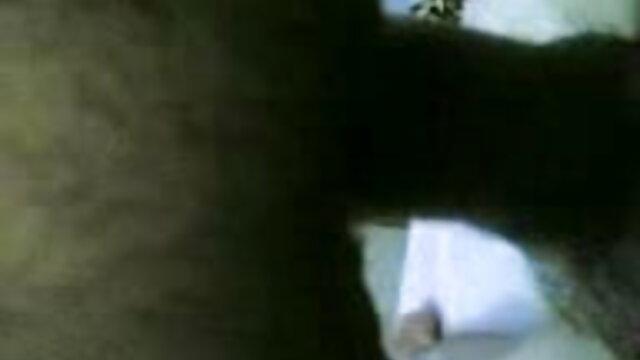 टैटू वाला सेक्सी हिंदी मूवी में एक गुलाबी स्वेटर में एक श्यामला में गुदा मारता है