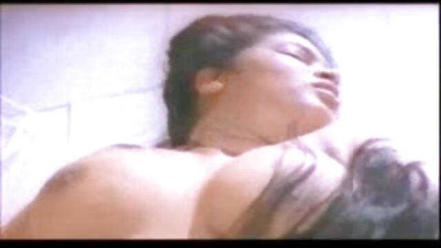 बहन भाई के साथ टॉयलेट हिंदी में फुल सेक्सी फिल्म में सो गई