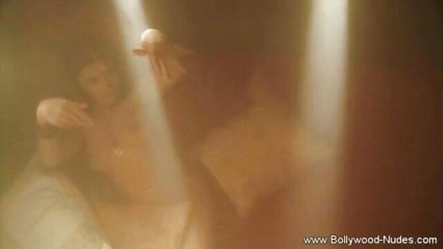 उस फुल सेक्स हिंदी फिल्म आदमी ने सोफे पर दोनों छेदों में एक सेक्सी माँ को लिटा दिया
