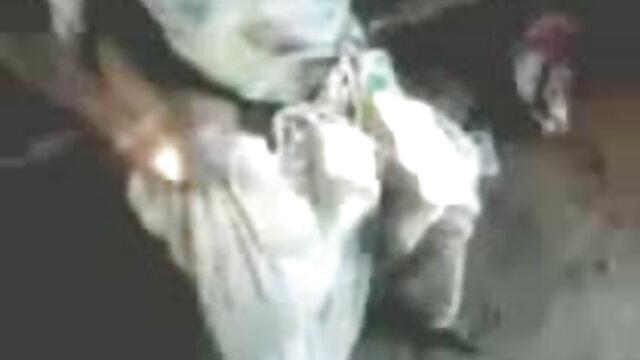चश्मे में लड़की एक सेक्स मशीन और वाइब्रेटर का उपयोग करके एक झाड़ी को बंद कर सेक्सी मूवी हिंदी माई देती है