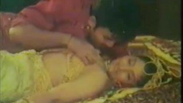 एक आदमी पूल में एक हिंदी फुल सेक्सी मूवी तैराक के गधे को चाटता है