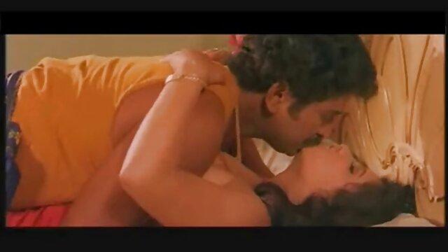 जाँघिया में रूसी लड़की धनुष के साथ एक लाल सोफे सेक्सी वीडियो फुल फिल्म पर सहपाठी के साथ fucks