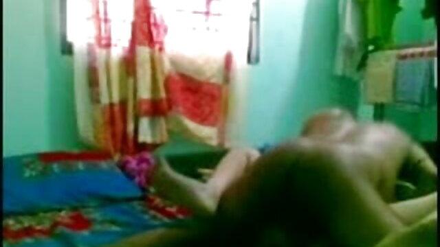 मोतियों में नग्न श्यामला एक blowjob देता है और एक आदमी के फुल सेक्सी वीडियो फिल्म सह निगलता है