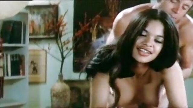 लड़की ने सेक्सी हिंदी सेक्सी मूवी अपनी चूत को धोया