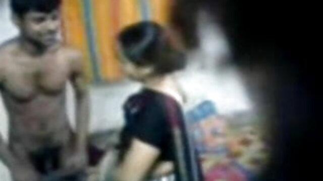 एक्रोबैट, भोजपुरी हिंदी सेक्सी मूवी अपने पैरों को उसके कंधों पर फेंकते हुए, नारंगी सोफे पर हस्तमैथुन करना शुरू कर दिया