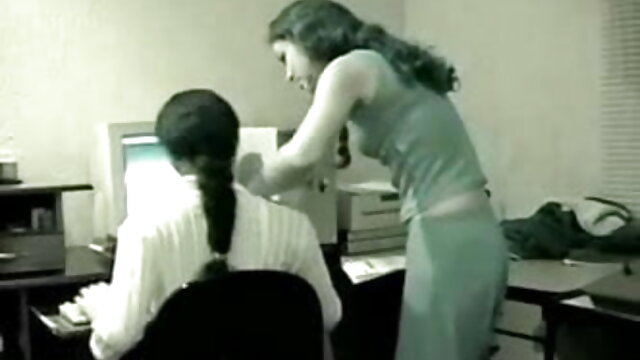 एक सेक्स मशीन के साथ सोफे पर सेक्सी मूवी पिक्चर हिंदी हस्तमैथुन करता है