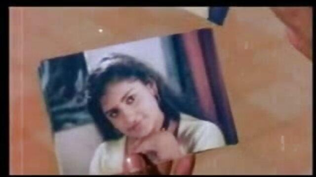 पूरे कमरे हिंदी सेक्सी मूवी में एक 18yo आदमी के साथ एक उभरी हुई ग्रे टी-शर्ट में मम्मी