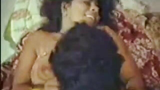 शेख़ीदार फूहड़ आर्मचेयर में हिंदी फुल सेक्सी मूवी कैमरे पर बड़े स्तन दिखाता है