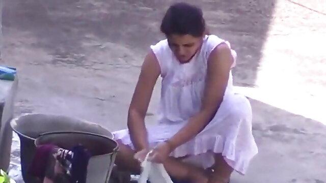 एक युवा लड़की एक काले मर्दो की कुल मिलाकर चूसती है और उसका लंड अपनी चूत में लेती हिंदी सेक्सी मूवी वीडियो है
