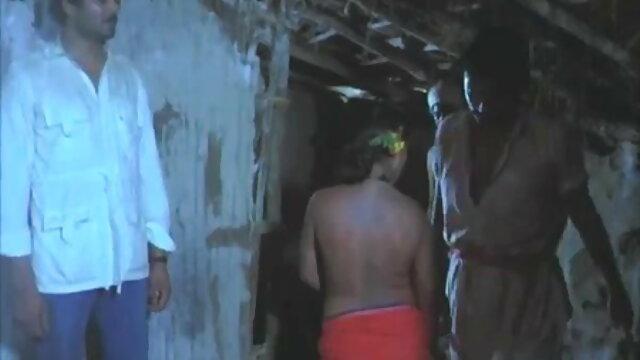 सुनहरे बालों सेक्सी मूवी हिंदी फिल्म वाली जिमनास्ट डिल्डो अपने आप को सोफे पर