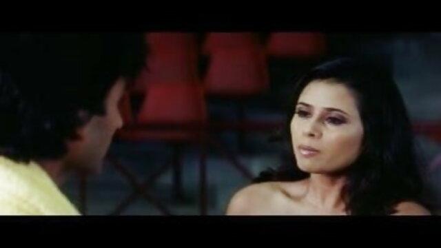 लंबे बालों के साथ हंसमुख पतली लड़की वेबकैम पर संचार करती है और हस्तमैथुन सेक्सी फिल्म वीडियो फुल करती है