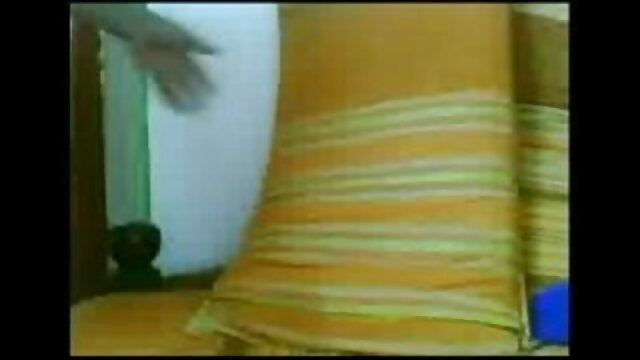 एक हिंदी सेक्स हॉट मूवी नीले हेडस्कार्फ़ में सुंदर महिला बिस्तर पर एक आदमी के साथ चुदाई करती है