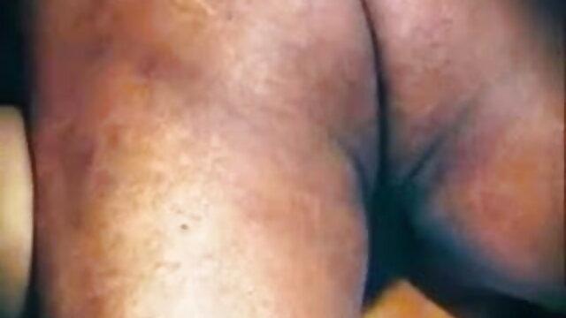 परिपक्व महिला अपनी बेटी के प्रेमी को सेक्सी मूवी हिंदी में चोदती है