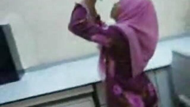 स्कर्ट में एक जवान औरत फुल हिंदी सेक्स मूवी के साथ सेक्स
