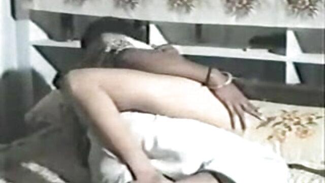 बड़े स्तन के साथ छोटे बालों वाले समलैंगिकों को बिस्तर पर निपल्स सेक्सी मूवी बीपी वीडियो चाटना