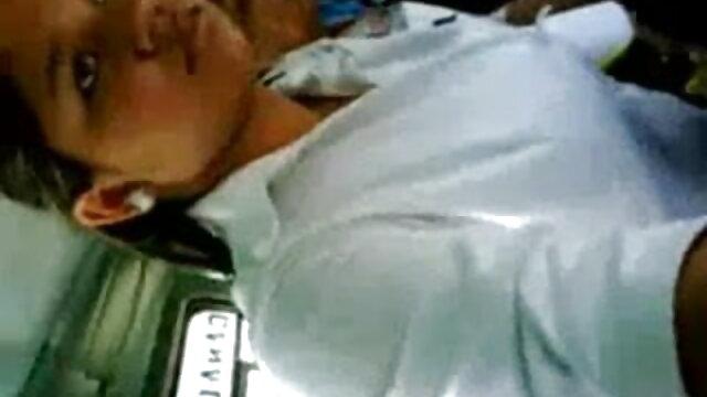 हॉट माँ हिंदी में सेक्सी मूवी वीडियो वेबकैम पर उसके बड़े स्तन दिखाती है
