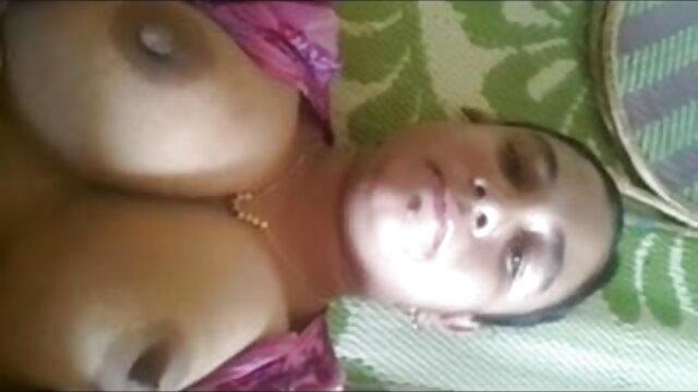 माँ ने अपनी पेंटीहोज सेक्सी वीडियो फुल फिल्म उतार दी और एक अनुभवहीन प्रेमी के लिंग पर अपनी चूत रख दी