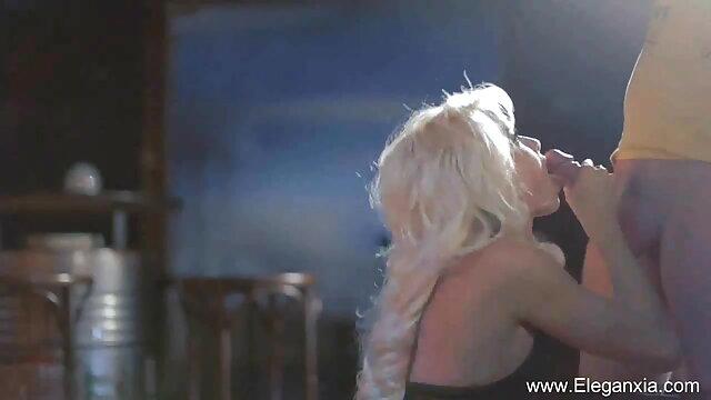 श्यामला उसके सेक्सी हिंदी मूवी सेक्सी बेडरूम में वेबकैम पर बड़े स्तन के साथ खेलती है