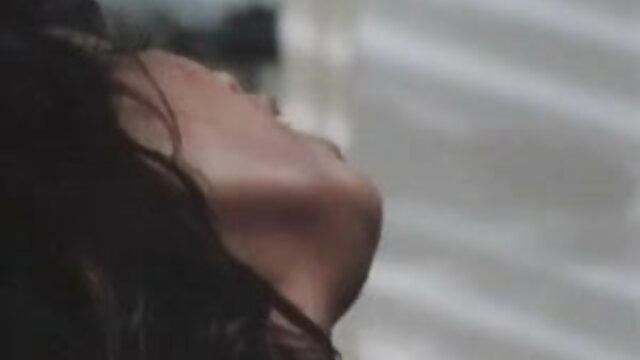 काले अधोवस्त्र में युवा लड़की एक दोस्त गड़बड़ और उसके चेहरे पर सह सेक्सी वीडियो हिंदी में मूवी लिया