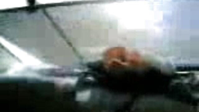 कैमरे के सामने लड़का अपनी प्रेमिका को एक मोटे मुर्गा के साथ भावुक होकर मूवी सेक्सी बीएफ मुंह में दबा लेता है