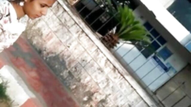 लड़की सोफे पर विशाल डिल्डो के साथ खुद को पाउंड हिंदी में सेक्सी मूवी वीडियो में करती है