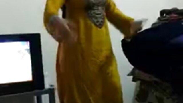 पत्नी फुल मूवी वीडियो में सेक्सी कोमल पैरों से पति के सींग वाले मुर्गा को झटक देती है