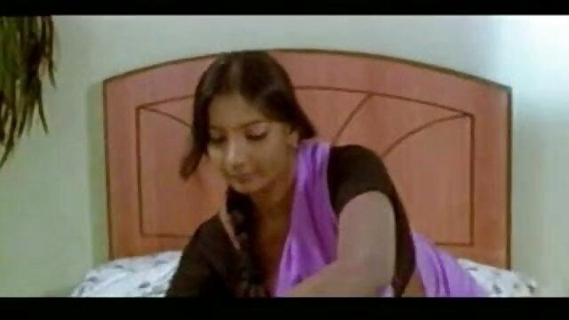 एक हंक के साथ एक लाल सोफे फुल मूवी सेक्सी हिंदी पर गोरा fucks