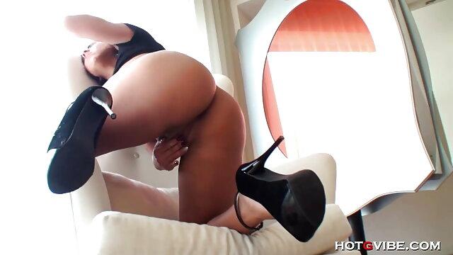 एक युवा महिला, मूवी सेक्सी बीएफ अपने घुटनों पर, अपने साथी को चूसा और उसे एक तंग गधे दिया