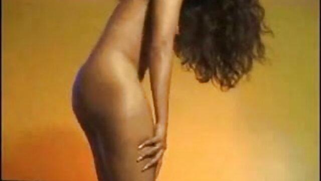 कलाकार स्टूडियो में एक गोरा के शरीर पर अंडरवियर फुल हिंदी सेक्सी मूवी खींचता है
