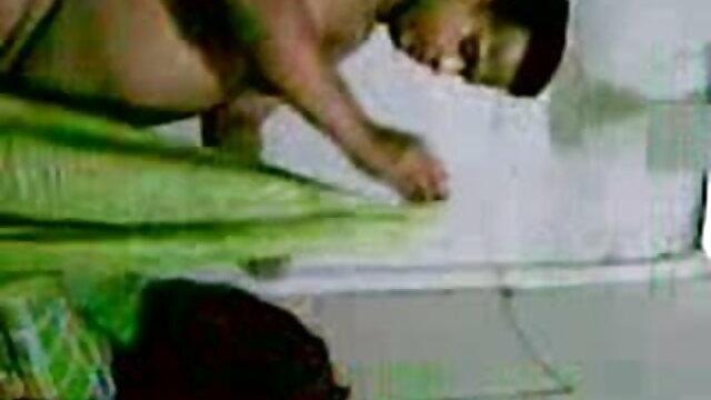 हॉट चिक हिंदी सेक्सी मूवी वीडियो में भावुक रूप से मुंह में लेता है